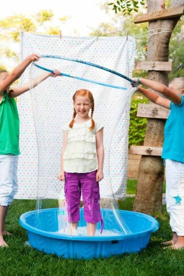 Activité enfant été pour stimuler le développement physique et psychique faires des bulles de savon