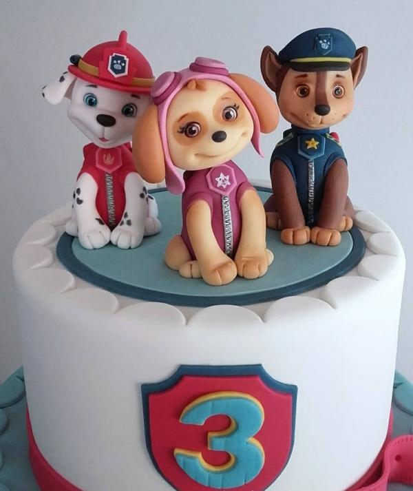 Gâteau Pat Patrouille - recettes et 50 idées de design gâteau au glaçage blanc avec figurines de chiens paw patrol