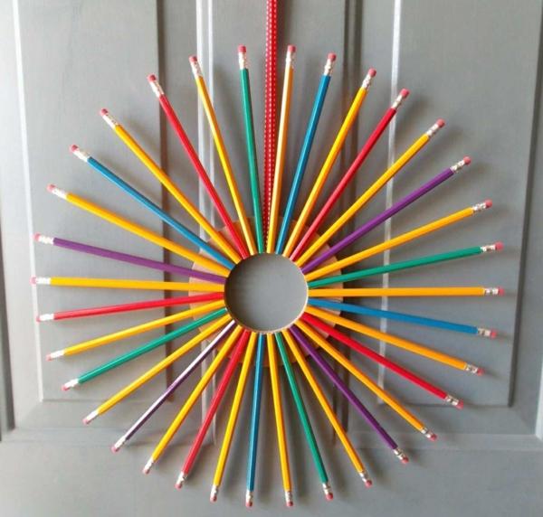 Idée cadeau maîtresse pour dire merci à la fin de lannée scolaire couronne de porte en crayons