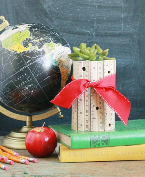 Idée cadeau maîtresse pour dire merci à la fin de l'année scolaire vase en règles diy