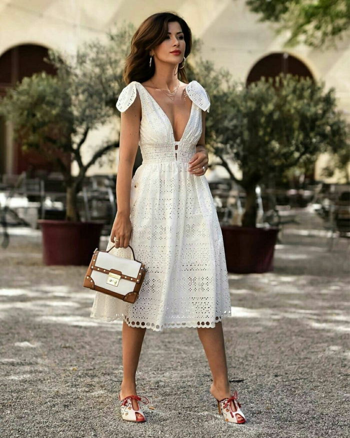belle robe estivale en blanc et dentelle