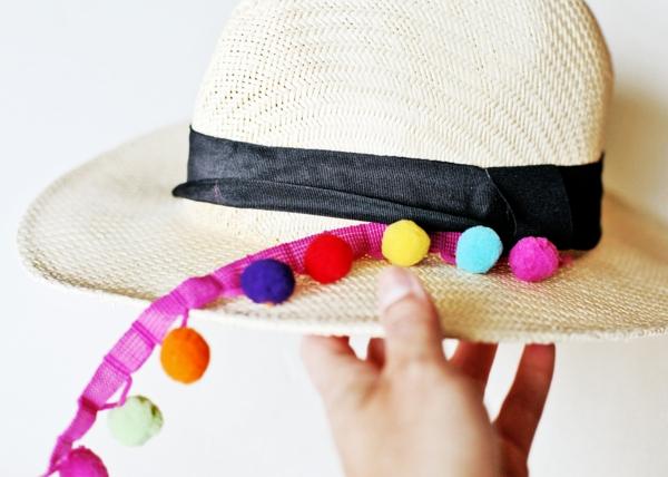 diy chapeau de paille personnalisé déco ruban noir pompons colorés