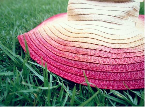 diy chapeau de paille personnalisé décoré de peinture rose