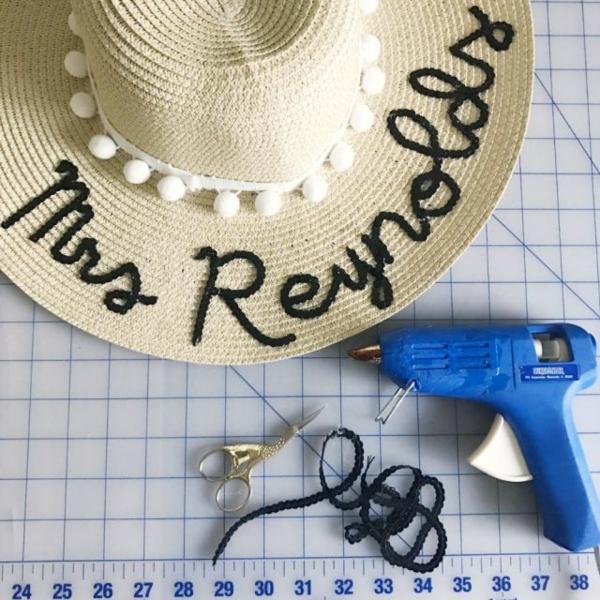 diy chapeau de paille personnalisé décoration pompons blancs broderie