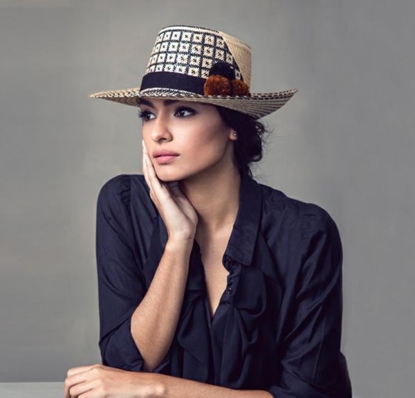 diy chapeau de paille personnalisé décoration textile pompons en laine