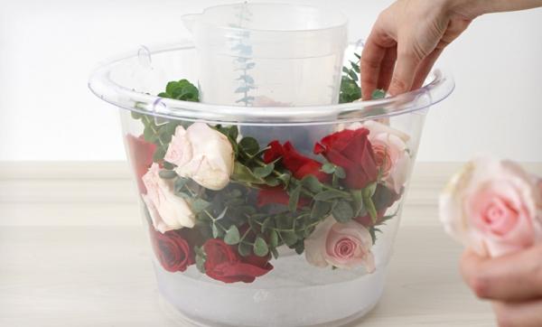 idée décoration de table seau à glace fleuri avec des roses