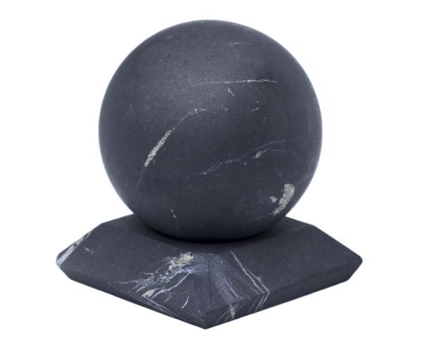 pierre shungite une boule du minéral