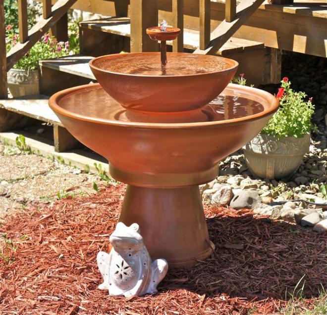 pot en terre cuite fontaine dans le jardin