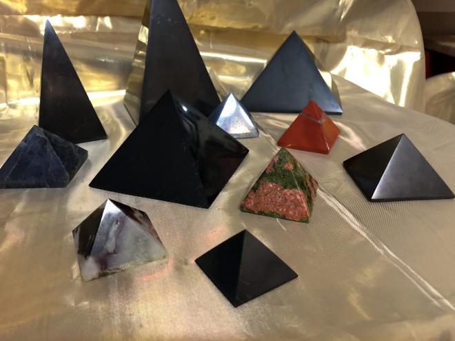 pyramide en shungite de différentes dimensions