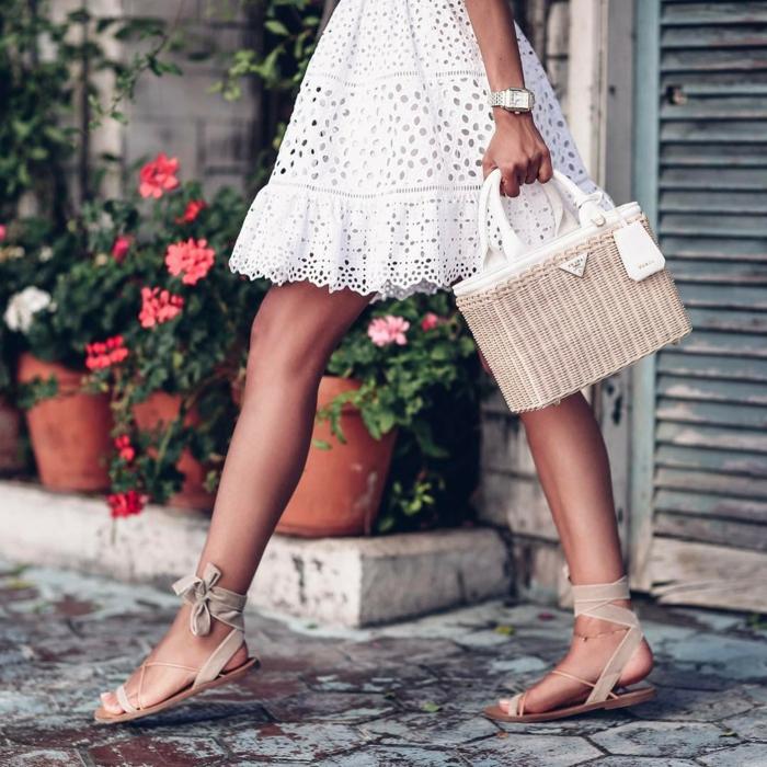 robe estivale blanche et sac à main en paille