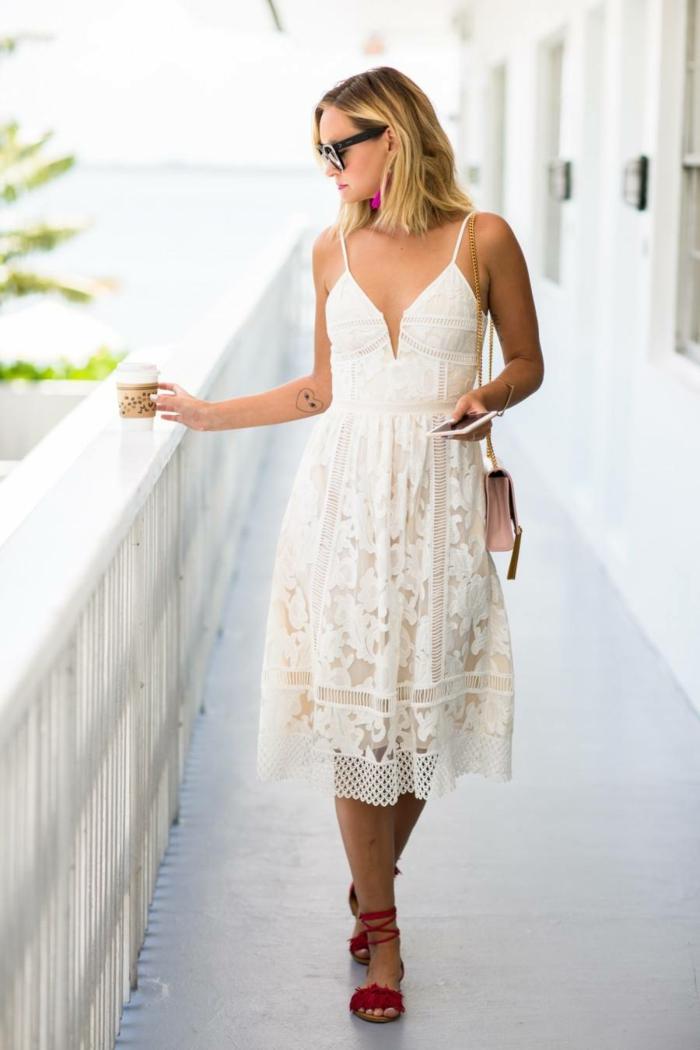 robe estivale blanche et sandales plates en rose