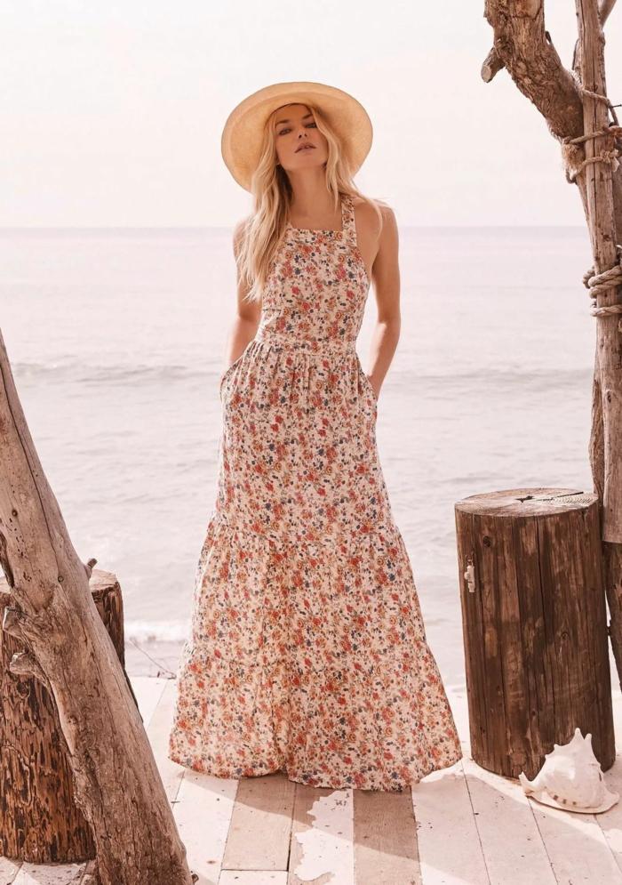 robe estivale florale avec chapeau de paille idée pour la plage