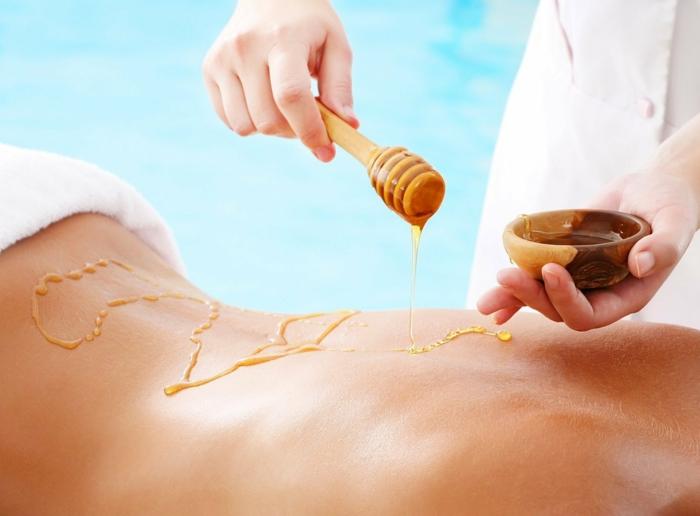 soulager un coup de soleil avec miel sur la peau