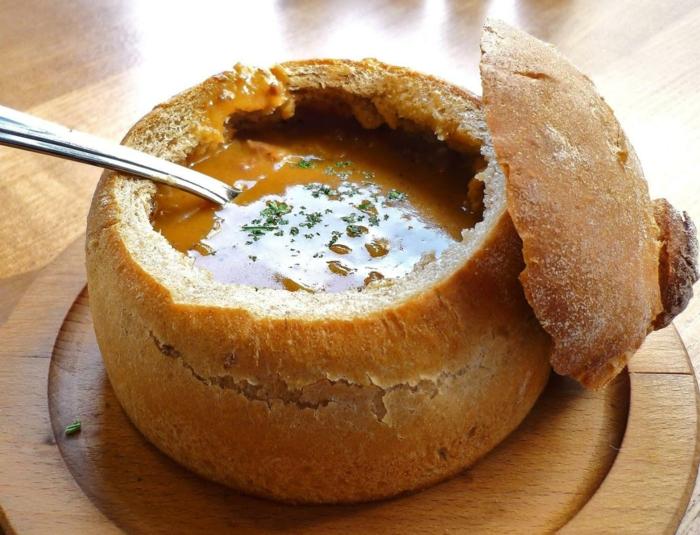 soupe dans un bol en pain vaisselle comestible
