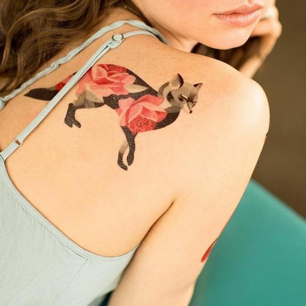 tatouage éphémère à l'aérographe omoplate femme