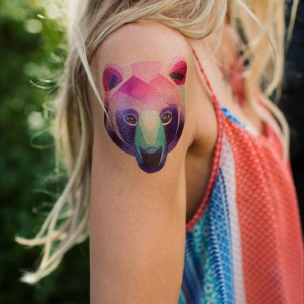 tatouage éphémère à l'aérographe ours épaule femme