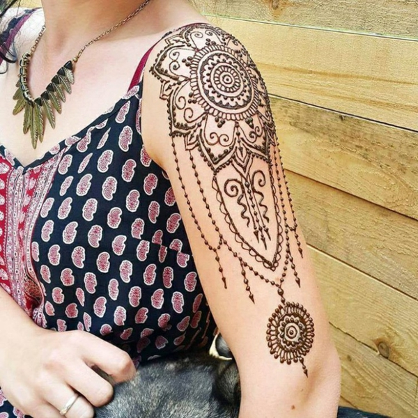 tatouage éphémère au henné épaule femme