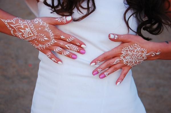 tatouage éphémère au henné blanc femme
