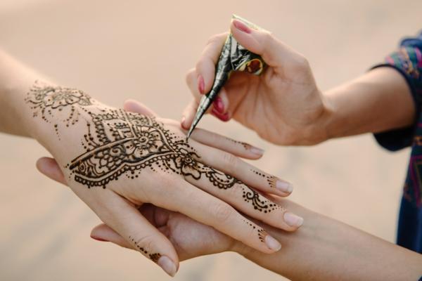 tatouage éphémère au henné bras femme