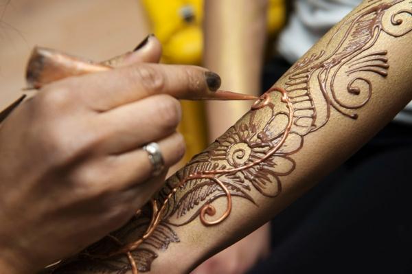 tatouage éphémère au henné brun femme