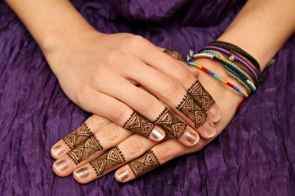 tatouage éphémère au henné doigts femme