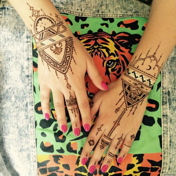 tatouage éphémère au henné doigts poignets femme
