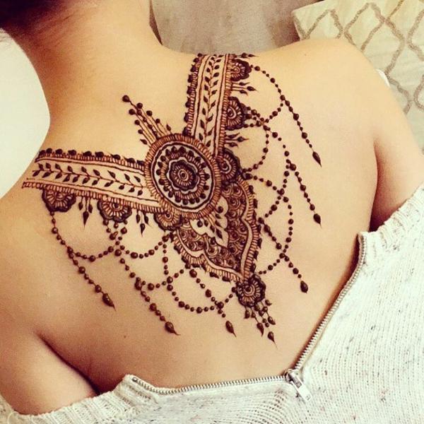 tatouage éphémère au henné dos femme