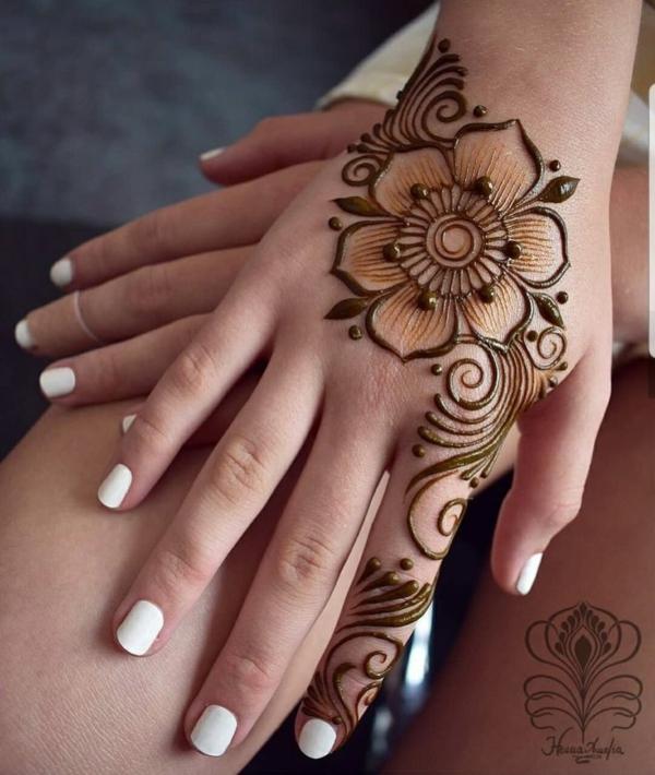 tatouage éphémère au henné fleur main femme