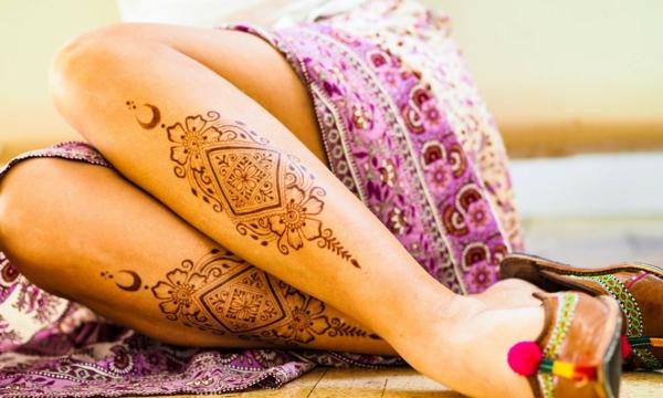 tatouage éphémère au henné jambes femme