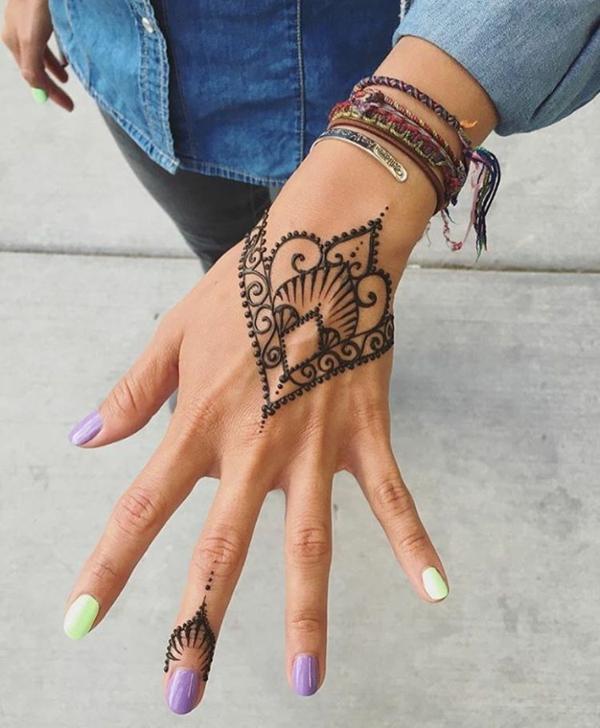 tatouage éphémère au henné main femme