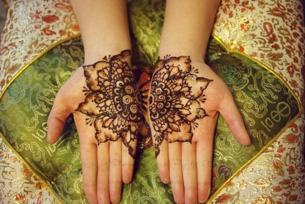 tatouage éphémère au henné mains femme