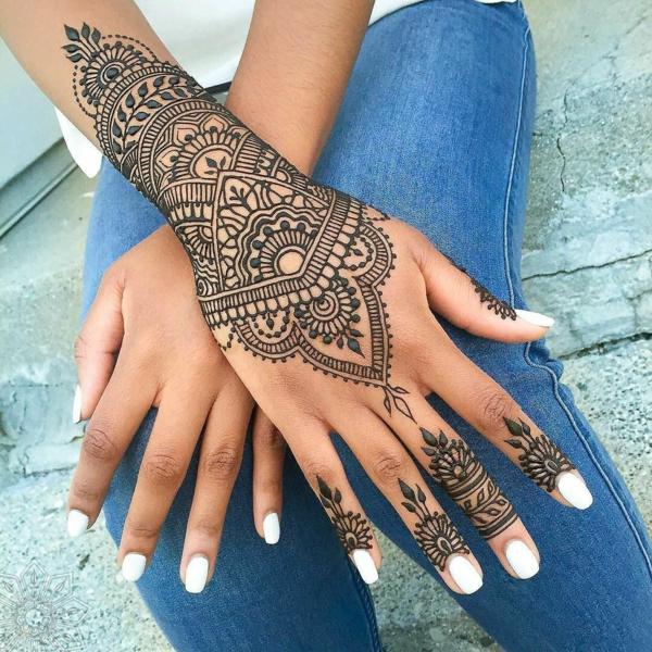 tatouage éphémère au henné noir femme