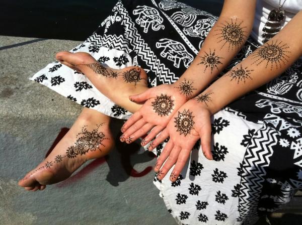 tatouage éphémère au henné pieds bras