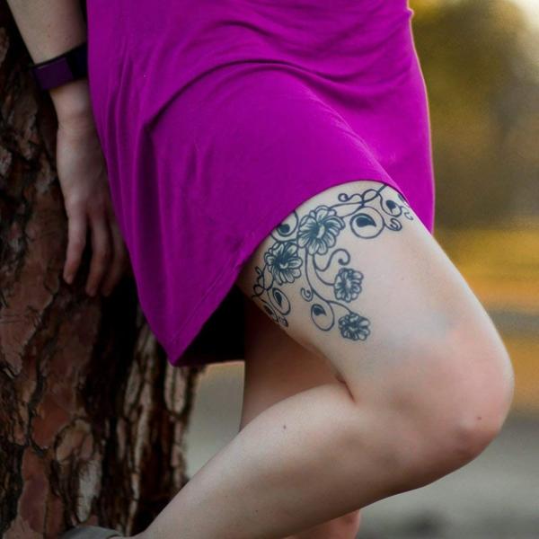 tatouage éphémère au jagua cuisse femme fleurs
