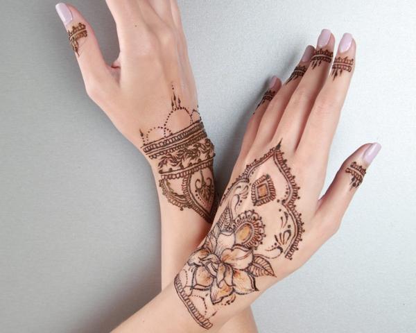 tatouage éphémère femme bras henné