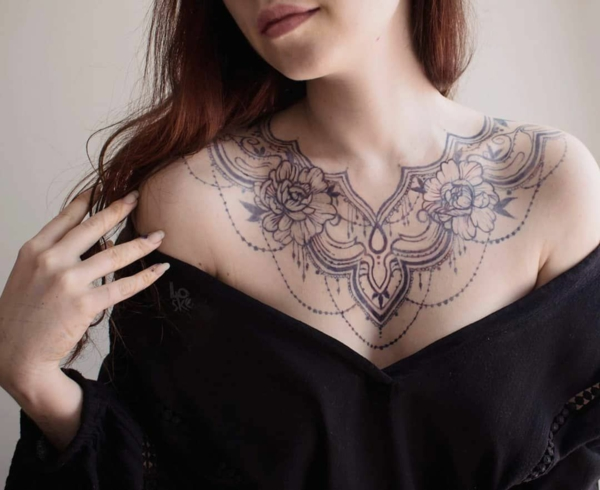 tatouage éphémère jagua poitrine femme fleurs