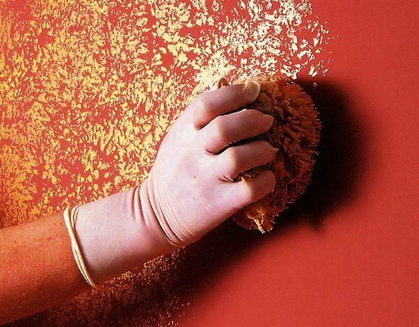 technique peinture à l'éponge or sur base rouge