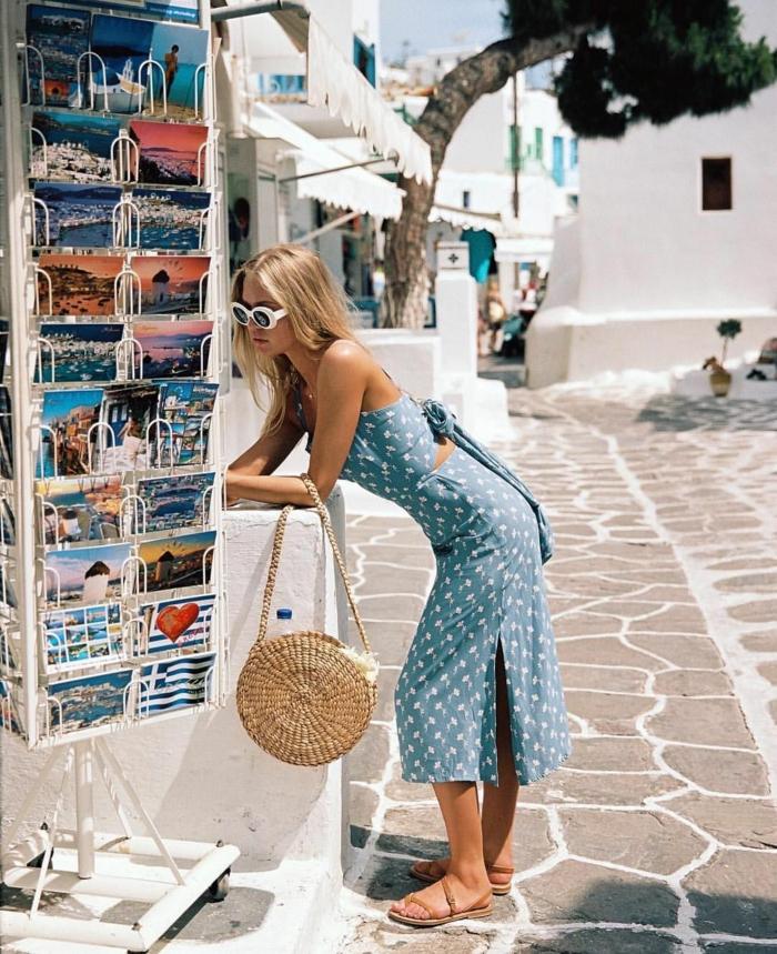 tenue vacances robe estivale et sac en paille