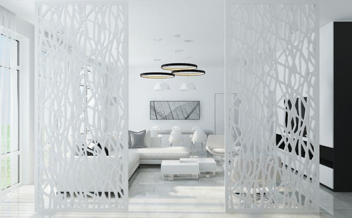 touche décorative dans une pièce blanche avec un claustra