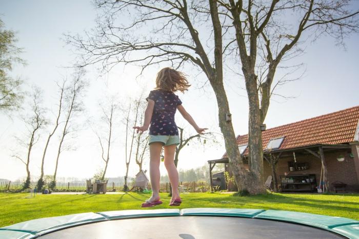 trampoline enfant qui saute aire de jeux jardin