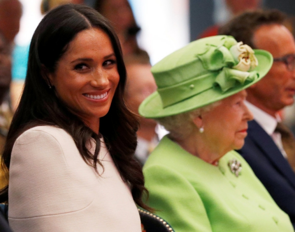 Élisabeth II Meghan sourit