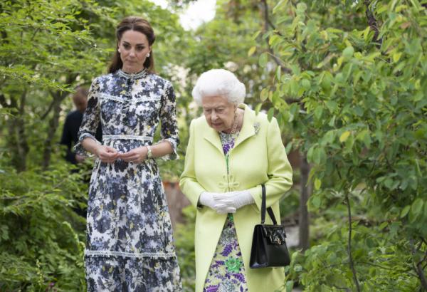 Élisabeth II en discutant
