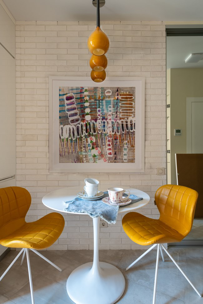 aménager appartement 45m2 chaises en cuir jaune