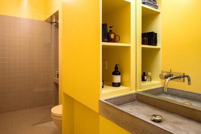 aménager appartement 45m2 une salle de bains en jaune
