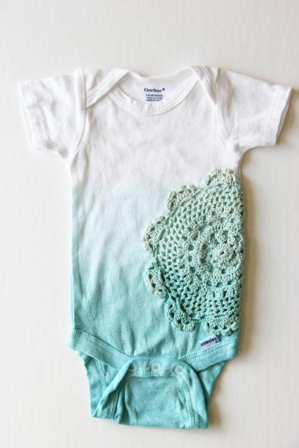 bricolage avec un napperon vêtement bébé customisé