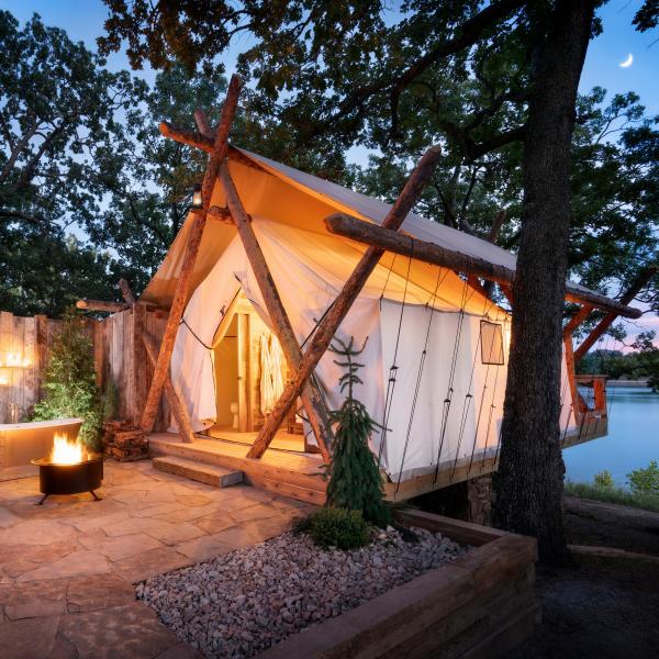 camping luxe perchée au-dessus du lac