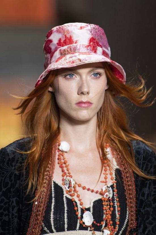 chapeau femme des motifs floraux