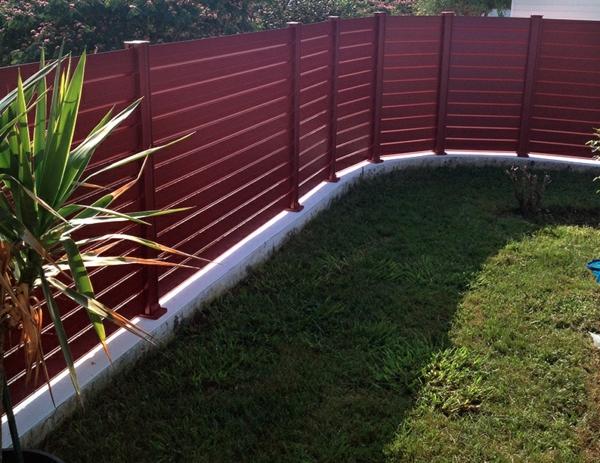 clôture en aluminium couleur rouge