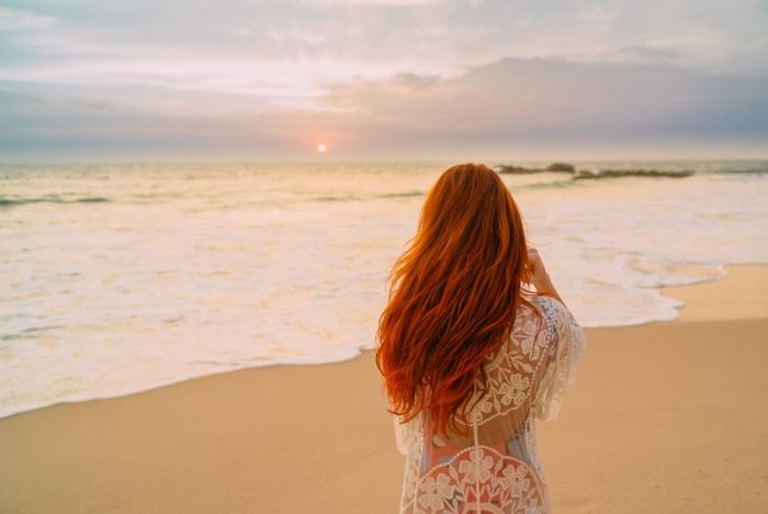 coiffure plage un beau coucher du soleil