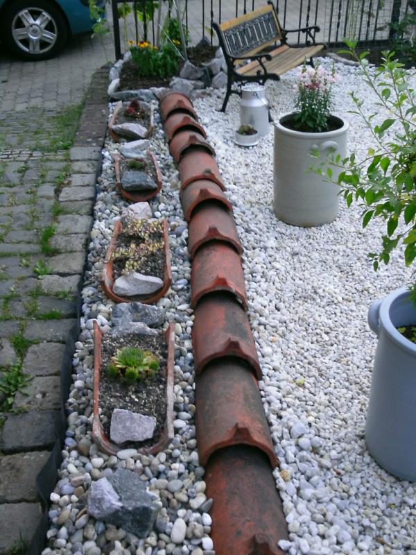 fabriquer déco jardin en tuiles de terre cuite bordure allée jardin diy
